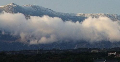 En primer término el municipio de Galapagar con la Sierra de Guadarrama como fondo.