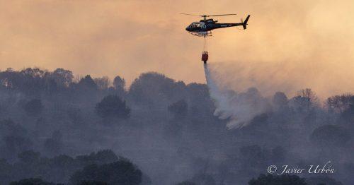 Helicóptero en labores de extinción de un incendio.