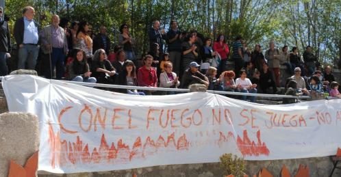 """Concentración baj el lema """"Con el fuego no se juega""""."""
