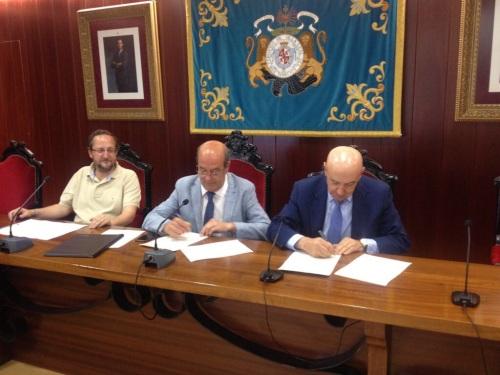Momento de la firma del convenio. Foto: Ayto. El Escorial.
