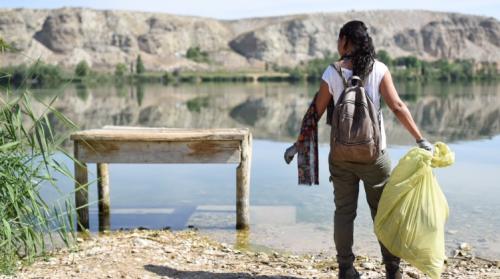 Voluntaria durante la jornada nacional de limpieza de los espacios naturales. Foto: SEO/Bidlife.