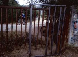 Paso cortado por una valla metálica. Foto: PSOE de El Escorial.