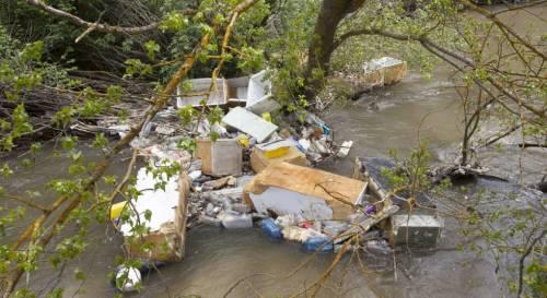 Basura acumulada en el río Guadarrama, a la altura de Batres. Foto: Santo Burgos.