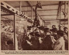 Un grupo de alumnos del Instituto-Escuela escuchando las explicaciones de sus profesores y tomando notas durante su visita al Museo Nacional de Ciencias Naturales. / Crónica. Madrid, 1930.