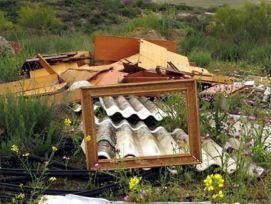 Vertido de fibrocemento en Valdemoro. Foto: Ecologistas en Acción.