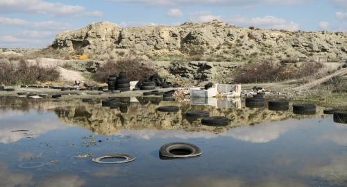 La gran cantidad de residuos inertes acumulados durante la última década contribuye a la degradación del hábitat y a la contaminación del agua encharcada. (Foto: Javier Cano).