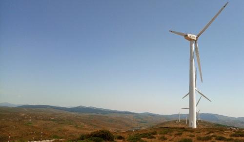 Alineaciones de parques eólicos ya existentes en el Guadarrama occidental (Sierra de Malagón). Foto: Colectivo Azálvaro.